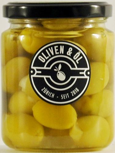 Grüne Oliven gefüllt mit Zitronenschale